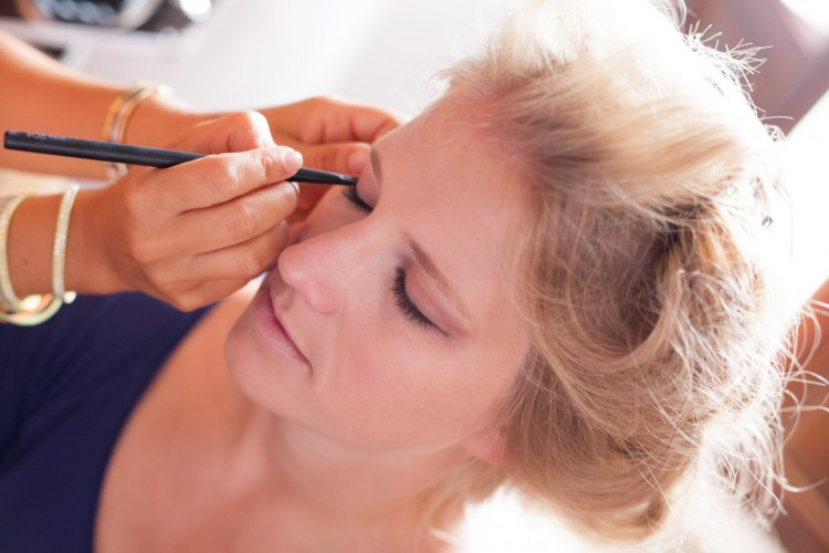 make up moment for a bride