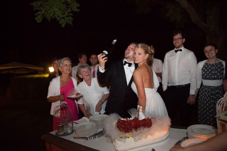 Cutting the cake and wild first toast wedding in rome